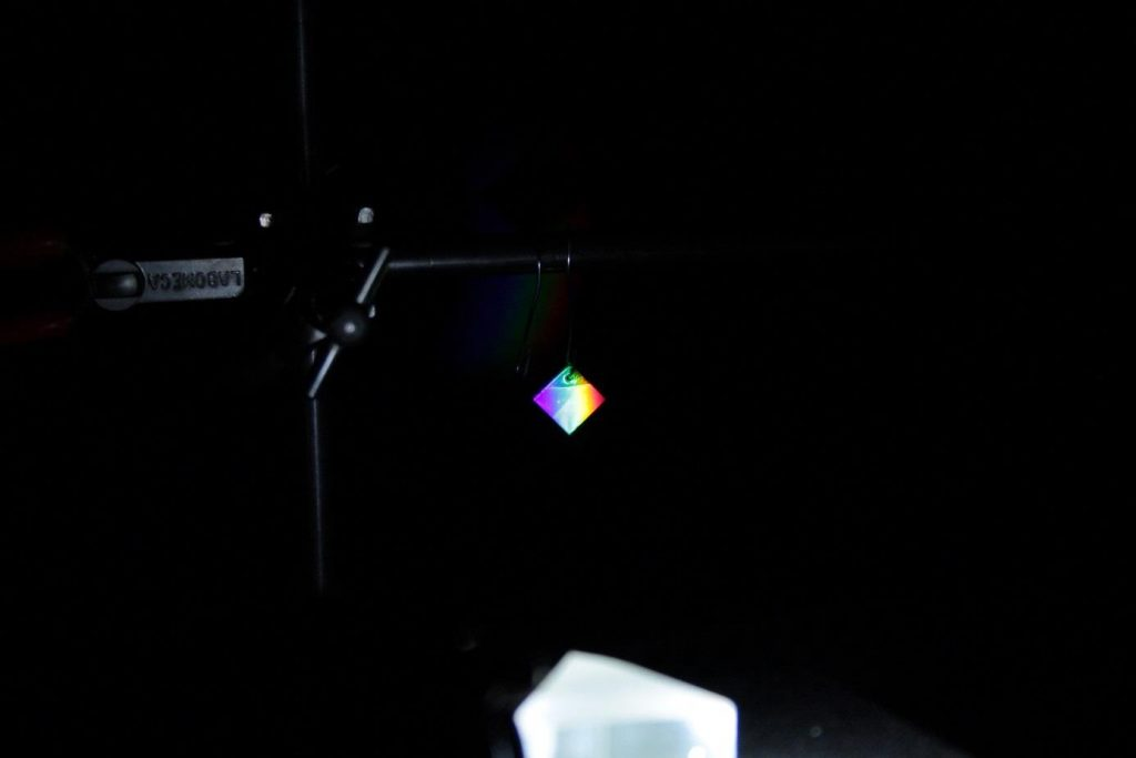 4b3d4969ee4db Projection du spectre visible sur un échantillon sensible : un prisme est  utilisé pour disperser la lumière d'une source de laboratoire.